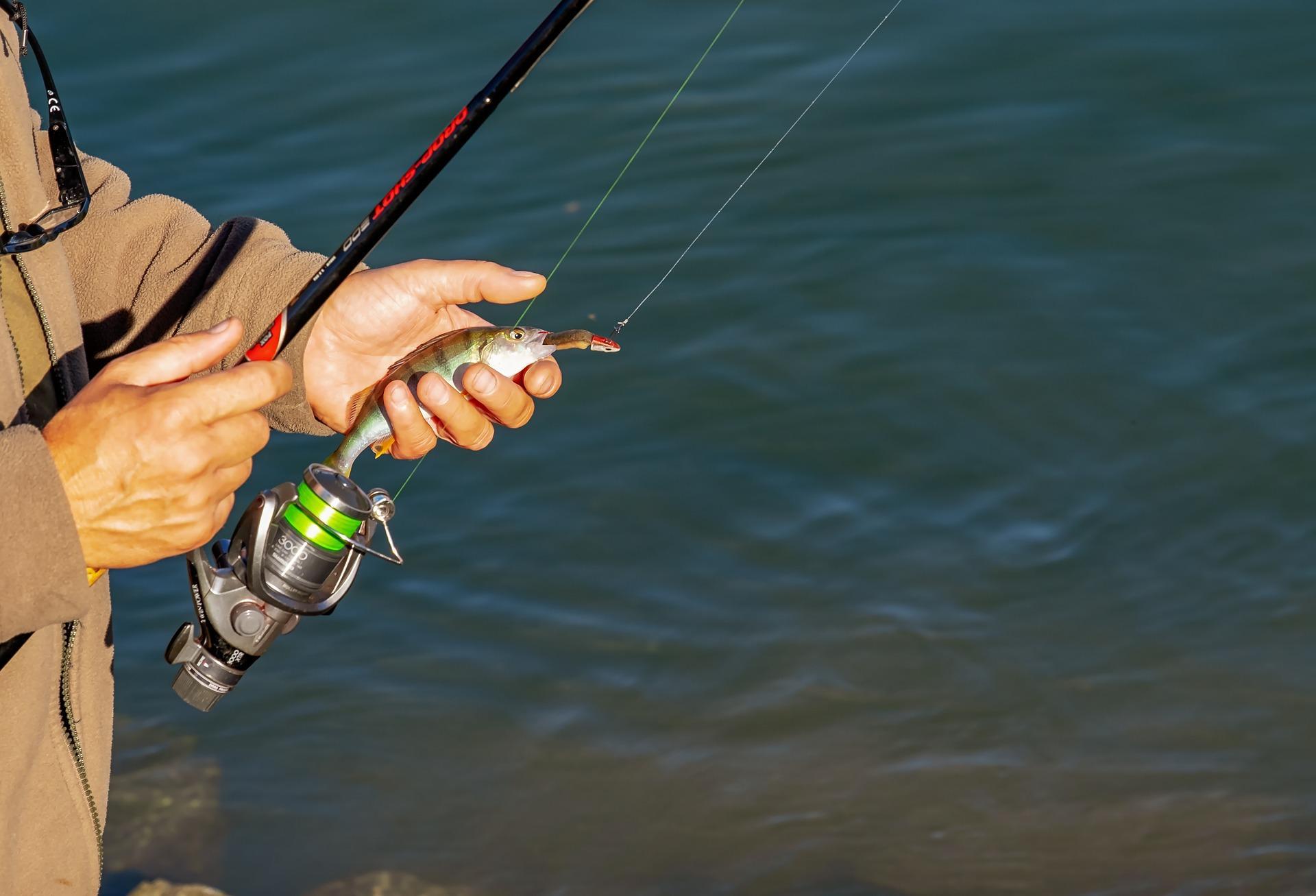 Рыболов с большим воблером в руках