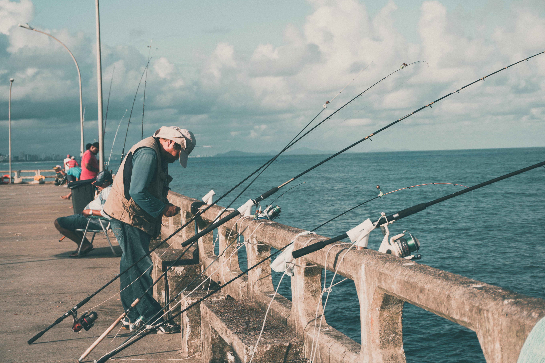 Рыбак у большого количества спиннингов