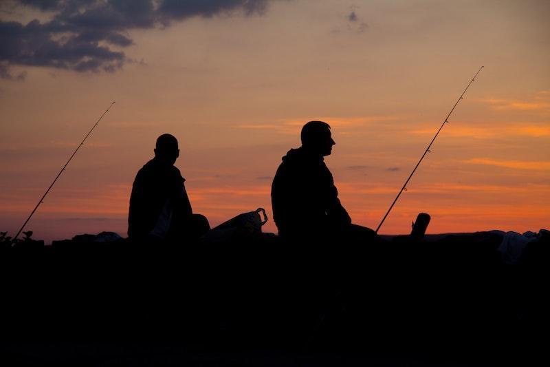 Два рыболова на фоне заката