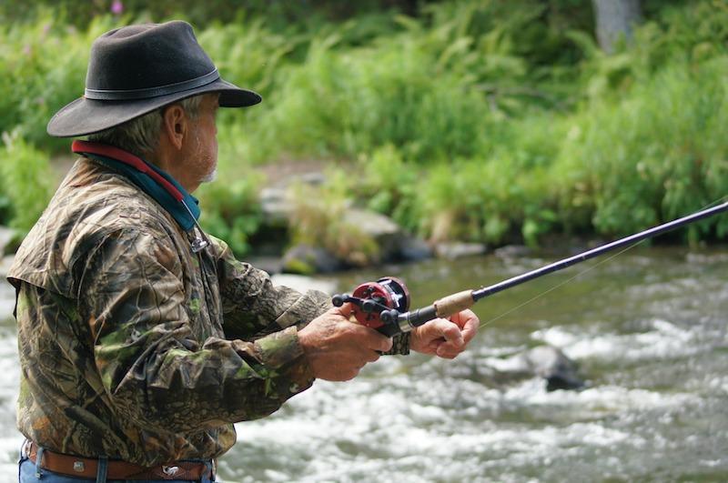 Рыбак в экипировке на горной реке