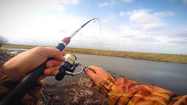 Рыбак со спиннингом в апреле