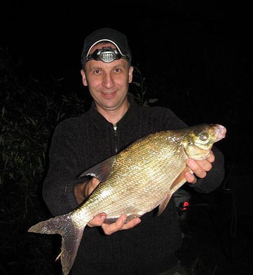 Ловля поплавочной удочкой ночью на реке и озере