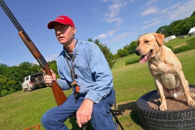 Собака учится не боятся выстрелов