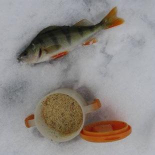 Зимняя рыбалка на реке с быстрым течением